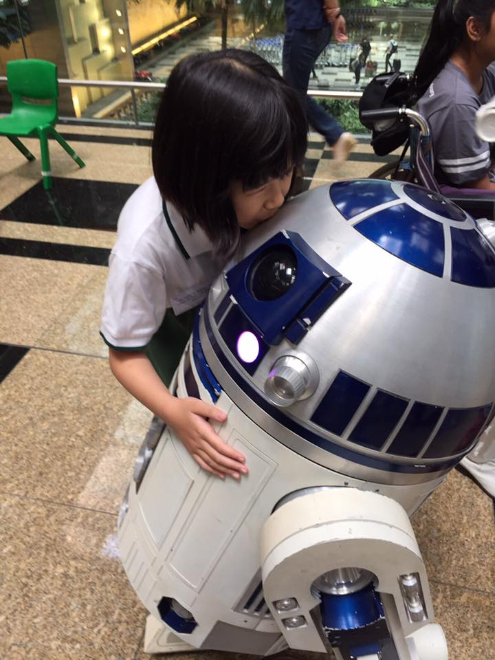 Ashley kissing R2